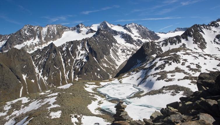 Am Anstieg zur Rinnenspitze mit Blick auf den Rinnensee-im Hintergrund die Gipfelwelt über dem Alpeiner Ferner