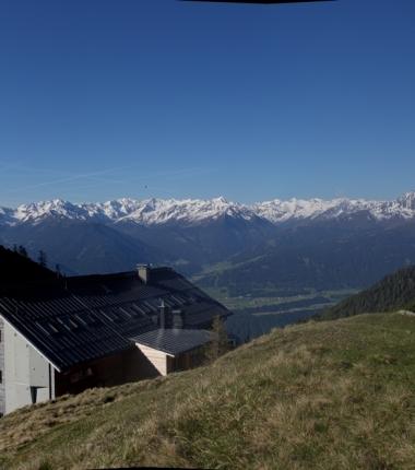 Der Blick vom Solsteinhaus in die Stubaier gibt einen umfassenden Überblick über die derzeitige Schneelage nordseitig oberhalb etwa 2400m