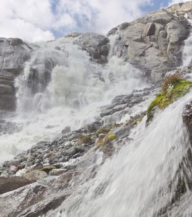 Vorbei an beeinduckend wirklich wilden Wasser führt der Weg bis zum Berginn des Alpeiner Ferner