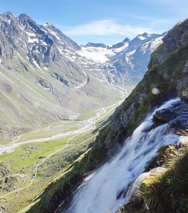 Zuerst führt der Weg durch das hochalpine Trogtal über Almböden bevor er dann in flachen Kehren zum Gletscher hinaufführt!