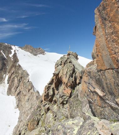 Die letzten Meter zum Gipfel sind sehr ausgesetzt und weisen den III. Schwierigkeitsgrat auf!