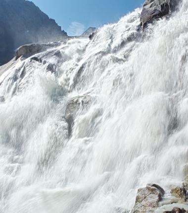 Kaskadenartig stürzen die Wassermassen des Alpeinerbaches vom Gletscher über Felsstufen zu Tal!