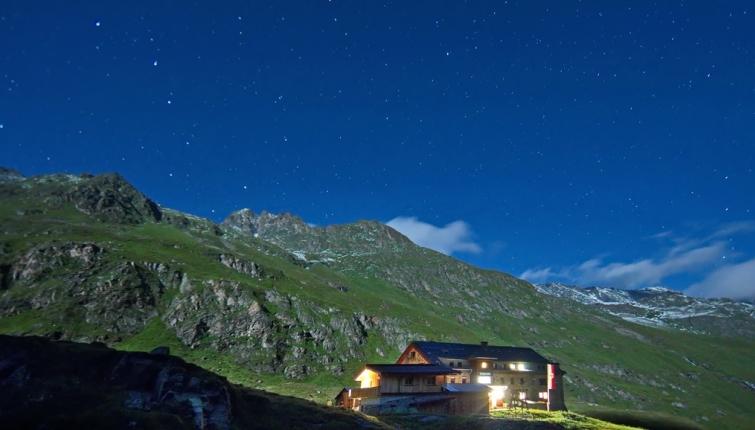 Auch in der Nacht lassen sich halbwegs gute Fotos machen