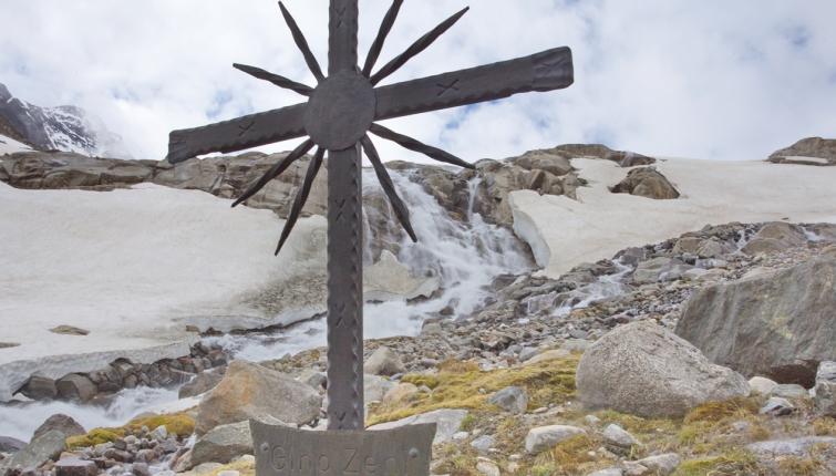 Am Weg zum Alpeiner Ferner trifft man noch auf einige zum Teil sehr steile Schneefelder!
