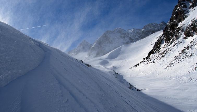 Triebschnee liegt unmittelbar neben total glatten Stellen!