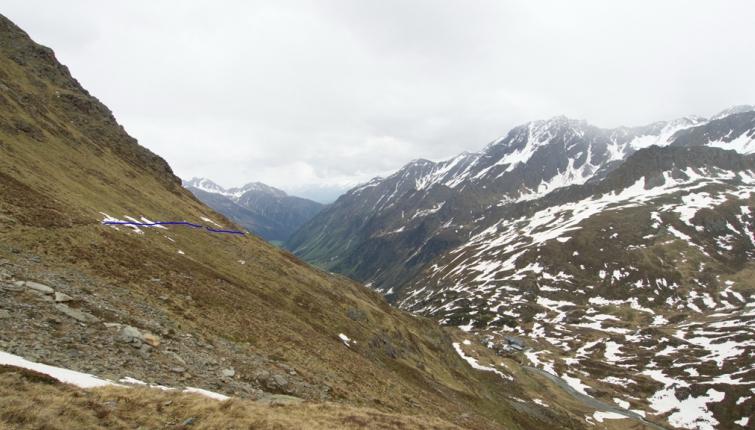 Die steilen Südhänge sind bis etwa 2500m großteils schneefrei ! In den darüber liegenden Karen  mehrheitlich eine geschlossene Schneedecke. Die blaue Linie markiert einen der total zerstörten Wegabschnitte!