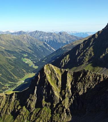 Über das Sellraintal hinweg recht der Blick bis zur Zugspitze