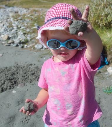 Auch wenn es nur Sand, Stein und Wasser ist-die Kinder haben ihren Spaß damit!