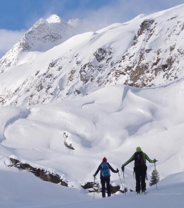 Auf der gesamten Tour gibt die Schneedeckenoberfläche deutliche Hinweise auf die massiven Schneeverfrachtungen der vergangenen Tage!