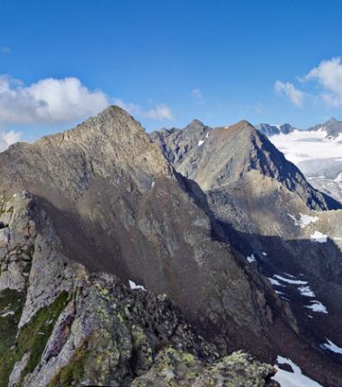 Auf der Hohen Villerspitze. Trotz der vorhandenen Bohrhaken ist die Besteigunge der Villersspitze ein ernstes alpines Unternehmen!